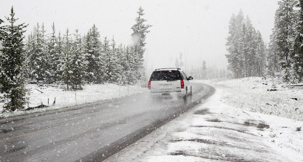 auto con gomme invernali sulla neve